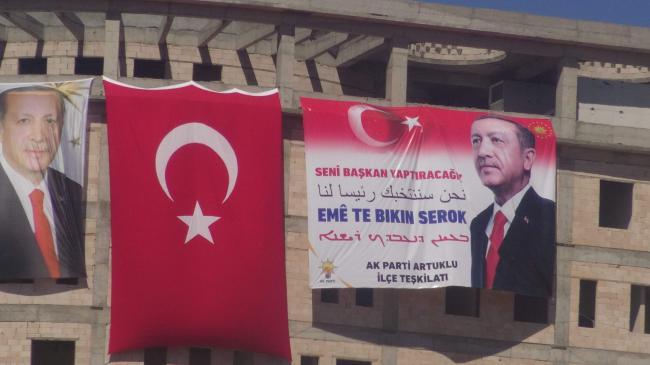 Erdoğan, Annesinin Fotoğrafının Olduğu Atkıyı Boyuna Taktı