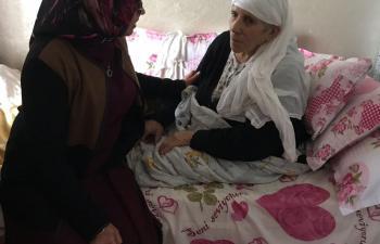 AK Partili kadınlar Engelli annelerini unutmadılar