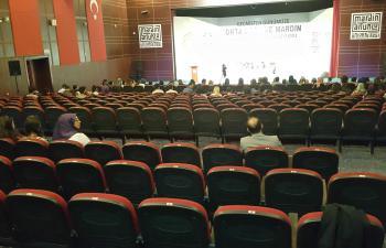 Boş salonda Uluslararası Sempozyum