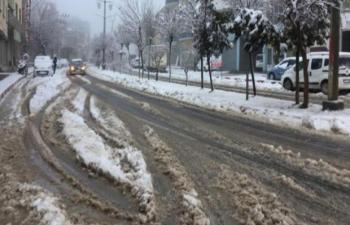 Mazıdağı'nda yoğun kar yağışı sürücülere zor anlar yaşattı