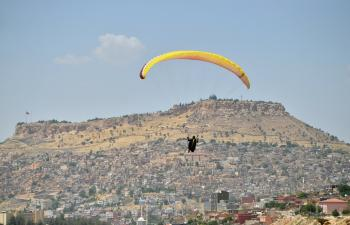Paraşütçülerden 15 Temmuz Şehitleri Anısına Saygı Uçuşu