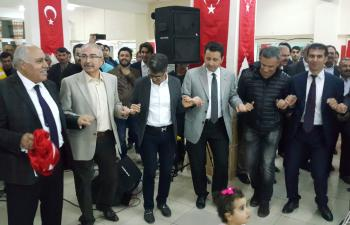 Polisler haftalarını Kürtçe şarkılar eşliğinde halay çekerek kutladı