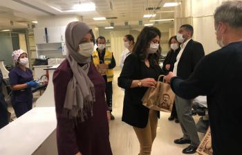 MAÜ'den Sağlık çalışanlarına moral desteği ziyareti