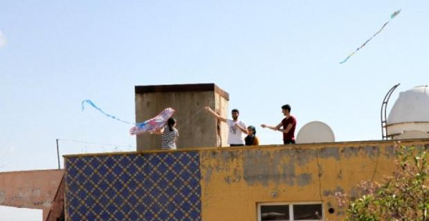 Sokağa çıkamayan vatandaşlar damlarda uçurtma uçurdu