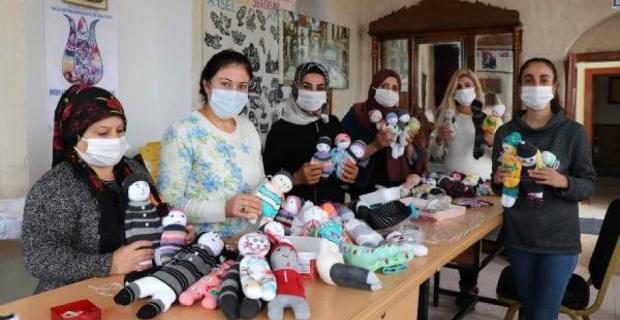 Depremzede çocuklar için oyuncak bebek hazırlıyorlar