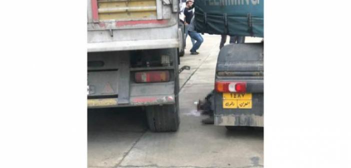 Kamyonun dorsesini takarken başka bir kamyonun altında kalarak can verdi