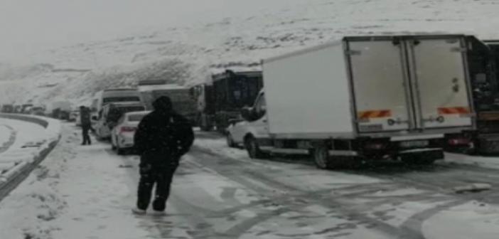 Mardin-Diyarbakır karayolunda kar nedeniyle ulaşım durdu