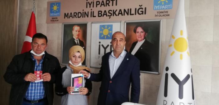 Akşener'den Mardinli Selma'ya Tablet Hediyesi