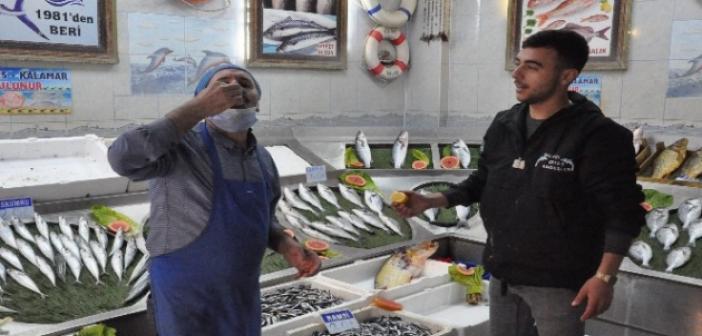 Sağlıklı diye çiğ balığın üzerini limonu sıkıp yiyor