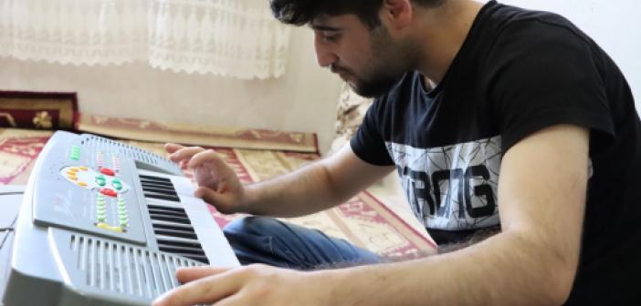 Zihinsel engelli genç internetten izlediği videolarla org çalmayı öğrendi
