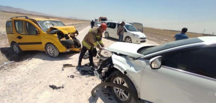 Mardin'de kafa kafaya çarpışan iki araçtaki 4 kişi yaralandı