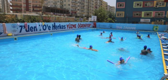 Çocuklar yüzme kurslarında güvenle kulaç atıyor