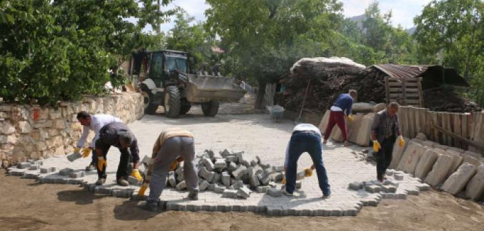 Bitlis Belediyesi'nin kent merkezinde yol yapım ve onarım çalışması devam ediyor