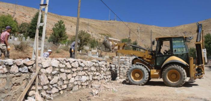 Bitlis'te mezarlıkların etrafı isnat duvarlarıyla örülüyor