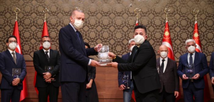 Üründü, ödülünü Cumhurbaşkanı Erdoğan'ın elinden aldı
