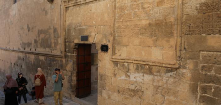 """845 yıllık Mardin Ulu Cami'nin duvarındaki """"Vergi Muafiyet Kitabesi"""" ilgi görüyor"""