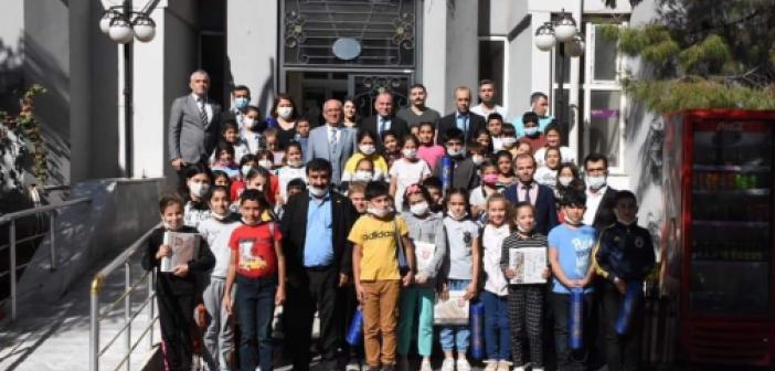 Kaymakam Çakır Dünya Çocuk Gününde Derikli çocukları unutmadı