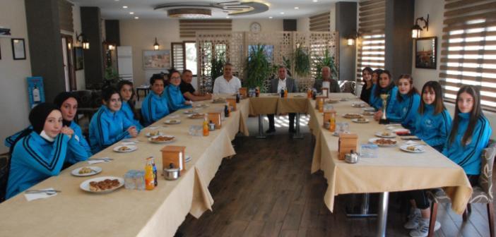 Midyat Belediye Başkanı Şahin, kadın voleybolcuları ağırladı