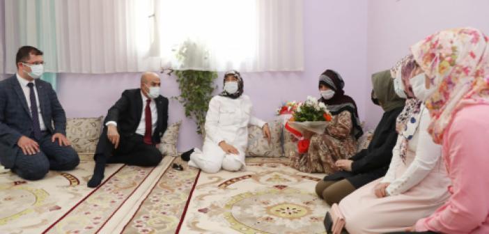 Vali Demirtaş ve eşi Yaşlılar Gününde yaşlıları ziyareti etti