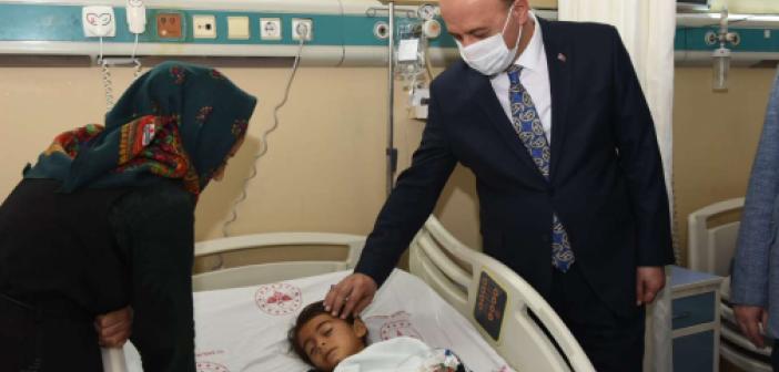 Vali Erin zırhlı aracın altında kalan küçük kızı hastanede ziyaret etti